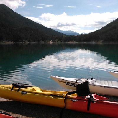 Kayaks en el agua.
