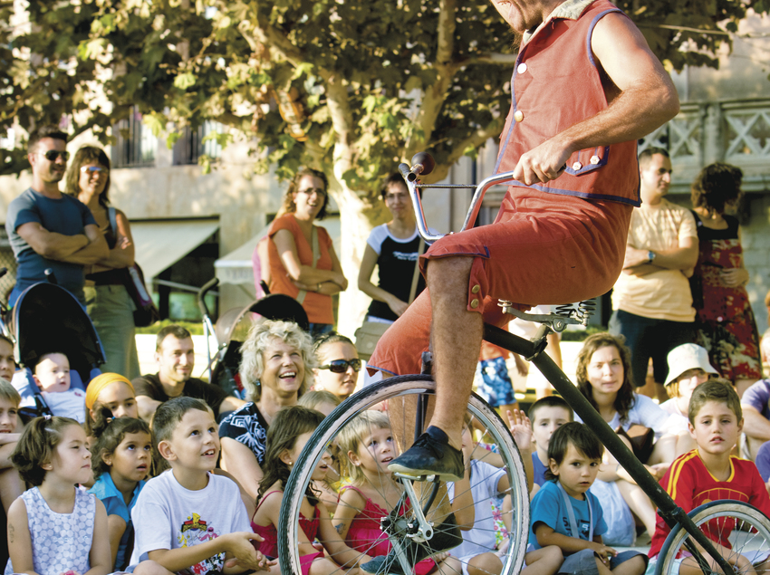 Espectáculo para niños en la calle, en Roses.