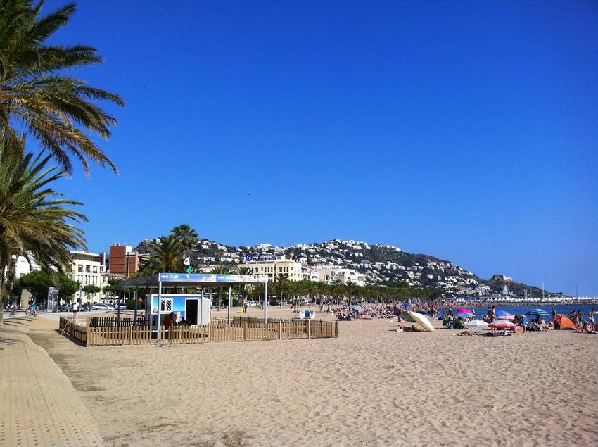Parque infantil en la playa de Roses.