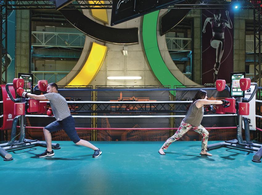 Parella boxejant.