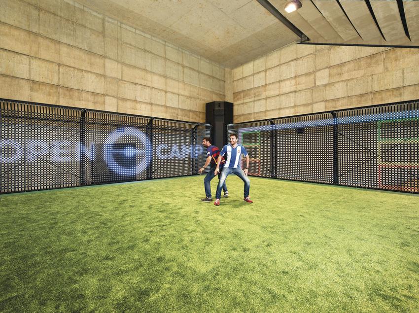 Chicos jugando a fútbol.
