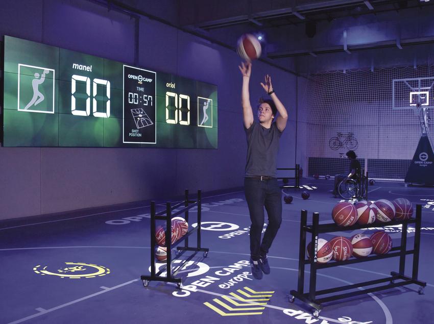Chico jugando al baloncesto.