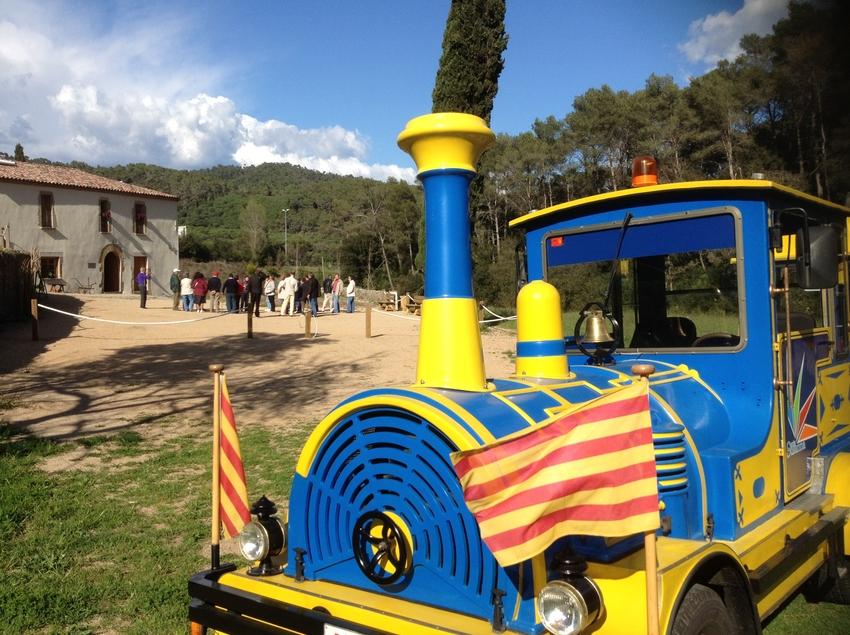 El tren turístic Cuc de visita al Centre d'Interpretació de la Natura.