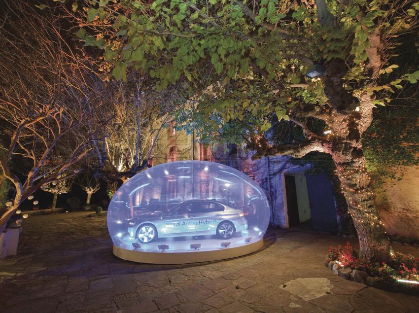 Exposición de un coche en el patio del cortijo.