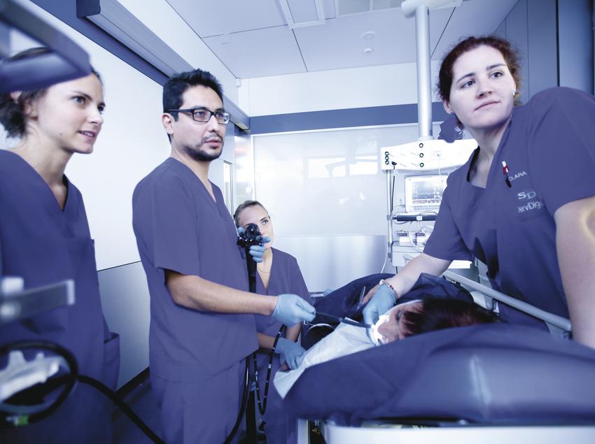 Personal mèdic i pacient a la clínica ServiDigest.
