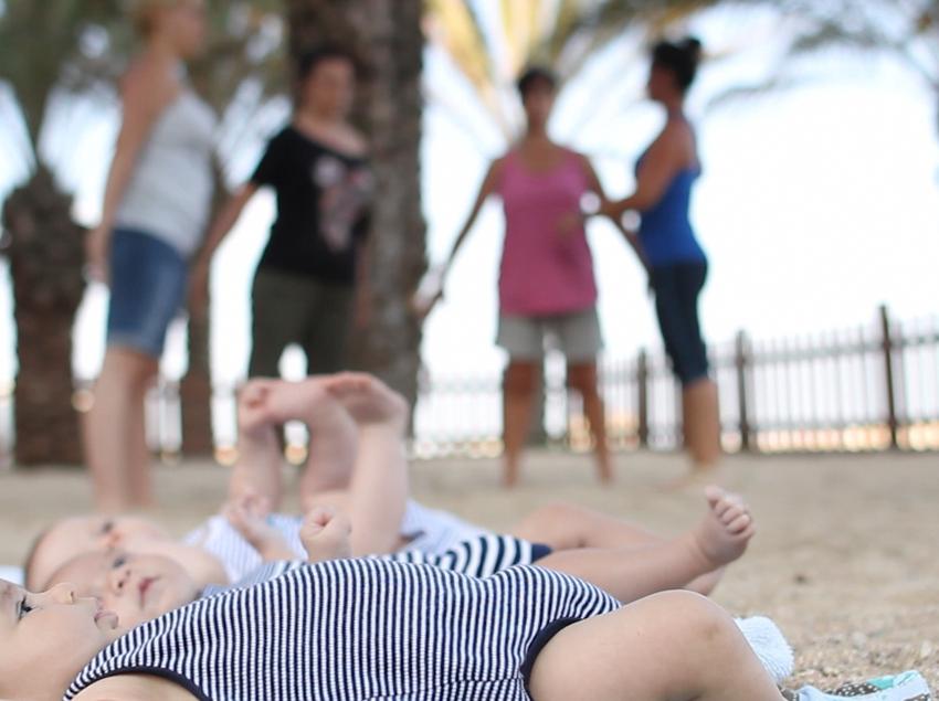 Bebés y madres en el Espai Nadó.
