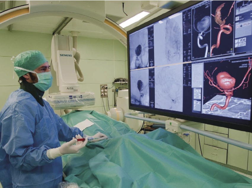 Doctor fent una prova a cardiologia en el centre Barnaclinic.