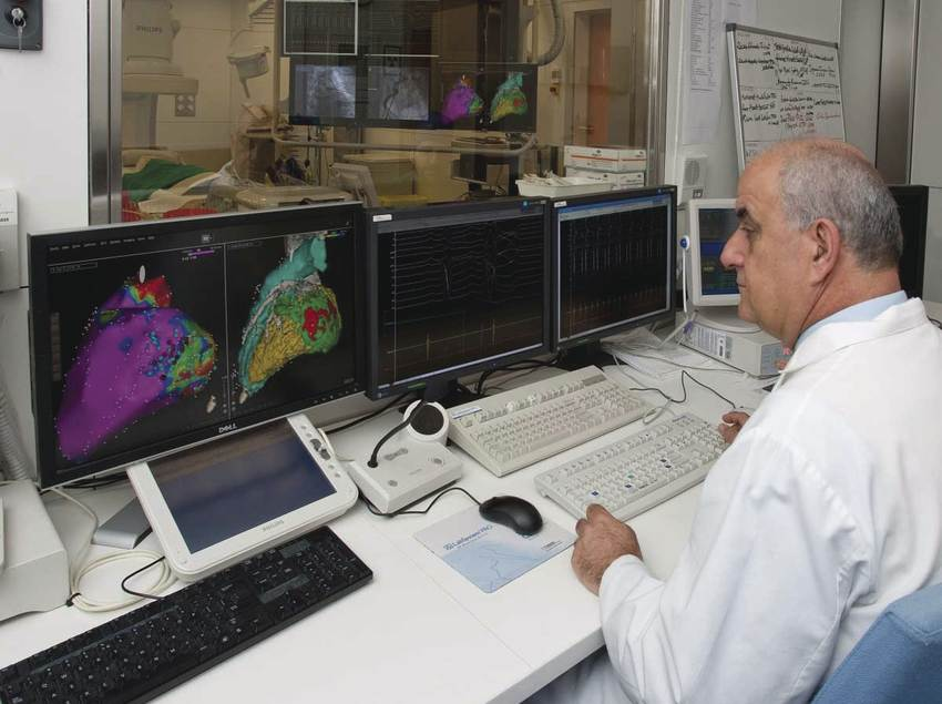 Metge observant unes proves en el centre Barnaclínic.