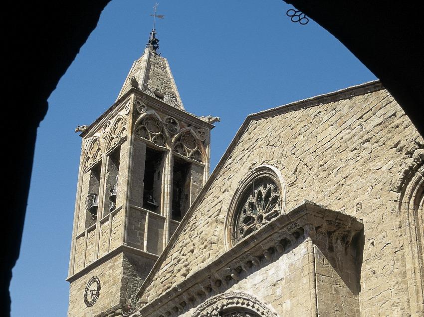 Romanische Fassade der Kirche Santa Maria d'Agramunt.