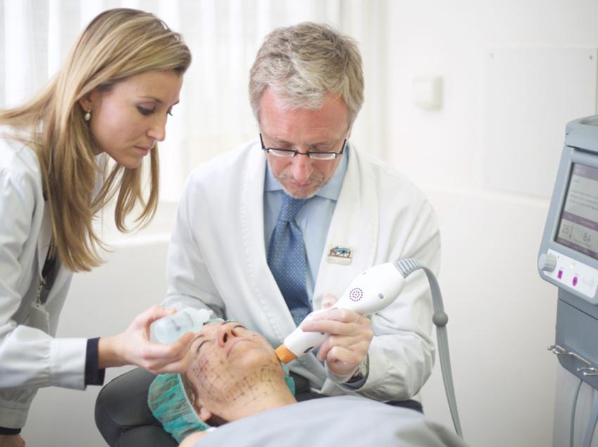 Consulta mèdica del centre d'Oftalmologia Barraquer.