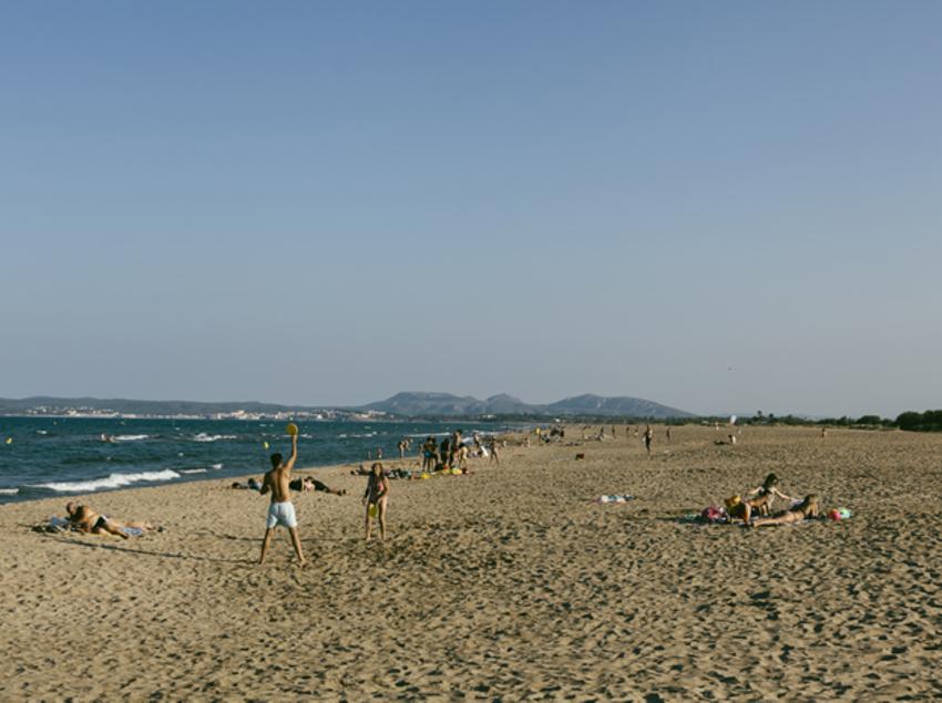 Gente jugando en la playa de Sant Pere Pescador