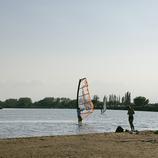 Noi en una taula de windsurf a Sant Pere Pescador