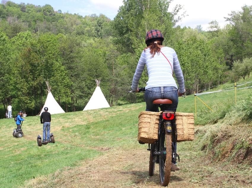 Jovenes con patinetes y bicicletas eléctricos.