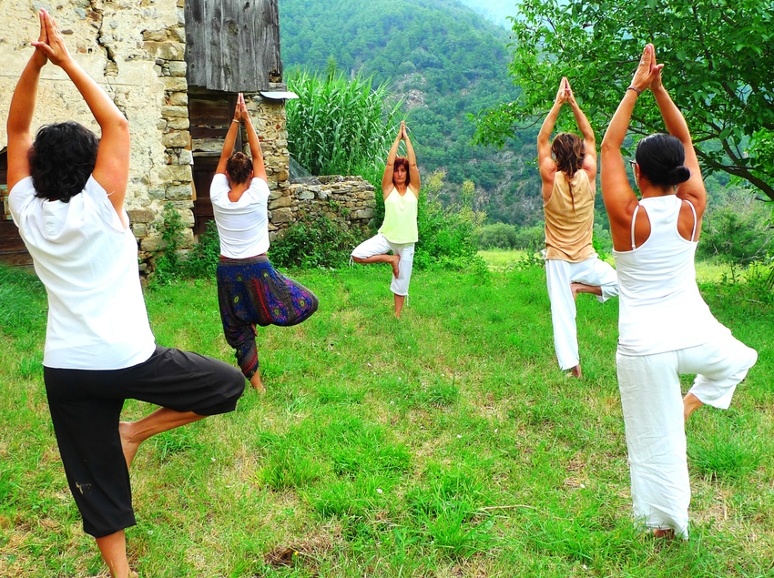 Haciendo ioga en grupo.