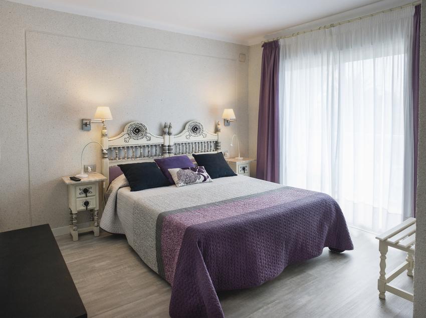 Habitación doble en el hotel El Molí de Sant Pere Pescador.