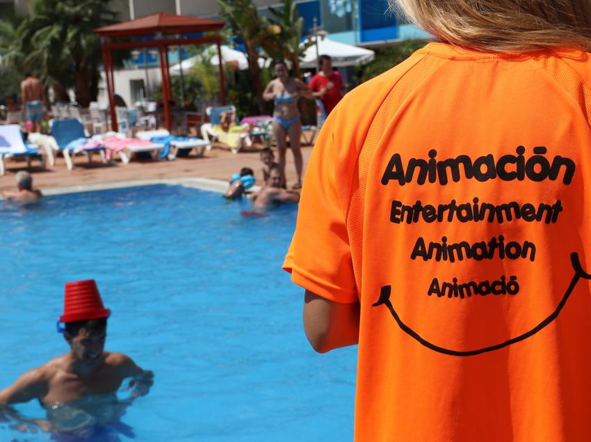 Animadores en la piscina del Nubahotel Comarruga.