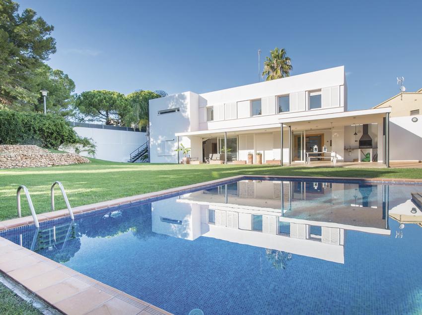 Casa moderna amb piscina, prop de la platja de Coma-ruga.