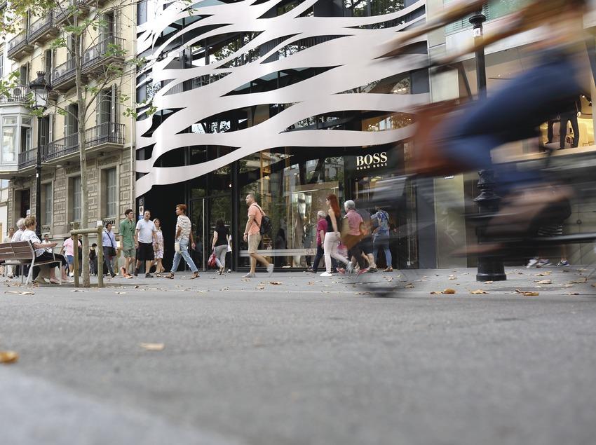 Gente paseando por el paseo de Gracia de Barcelona