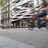 Gent caminant pel passeig de Gracia de Barcelona