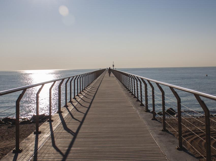 Puente del petrolio en la localidad de Badalona