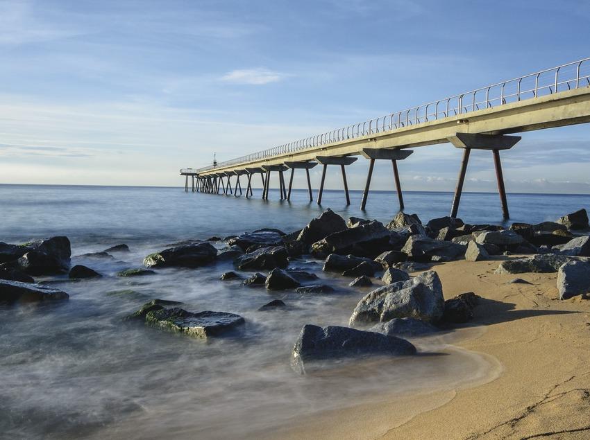 El puente del petrolio en Badalona