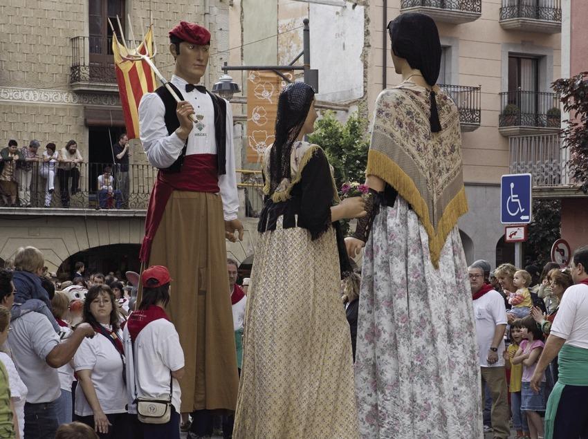 Adornos en las calles y baile de los gigantes durante la fiesta de Les Enramades  (Oriol Llauradó)