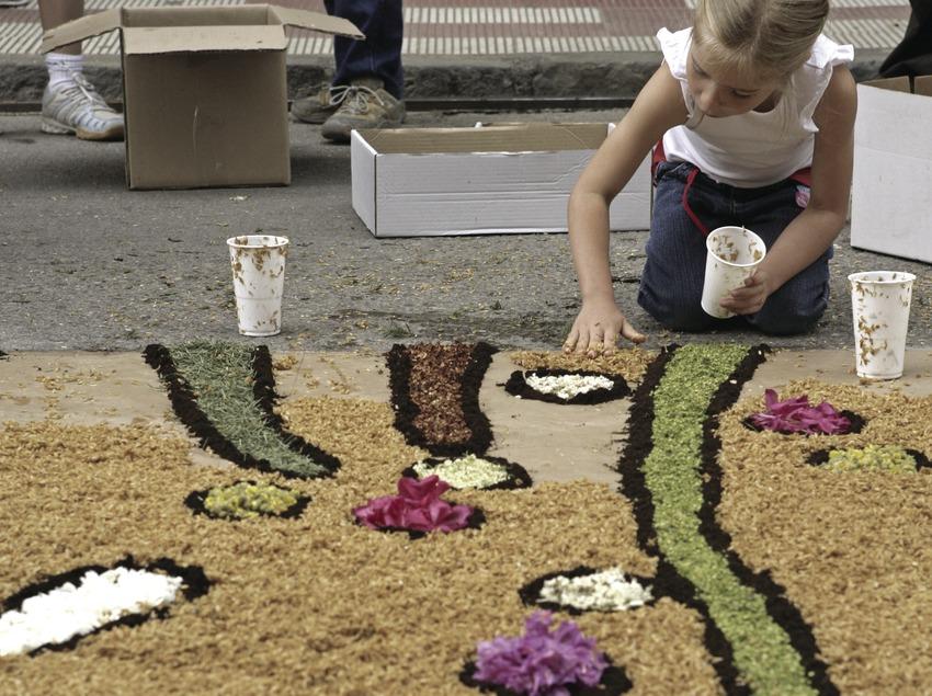 Décorations dans les rues pendant la fête des Enramades.
