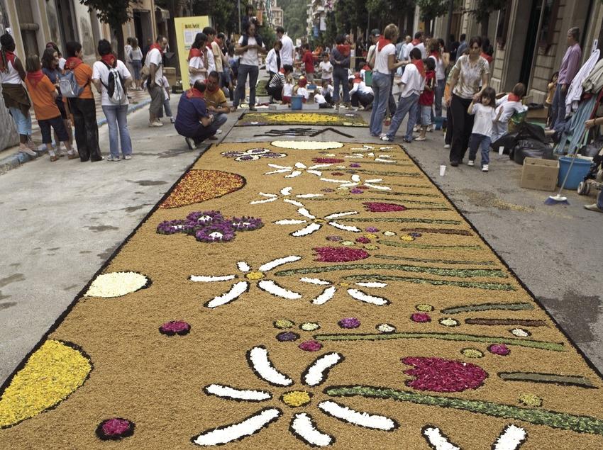 Décorations dans les rues pendant la fête des Enramades.  (Oriol Llauradó)