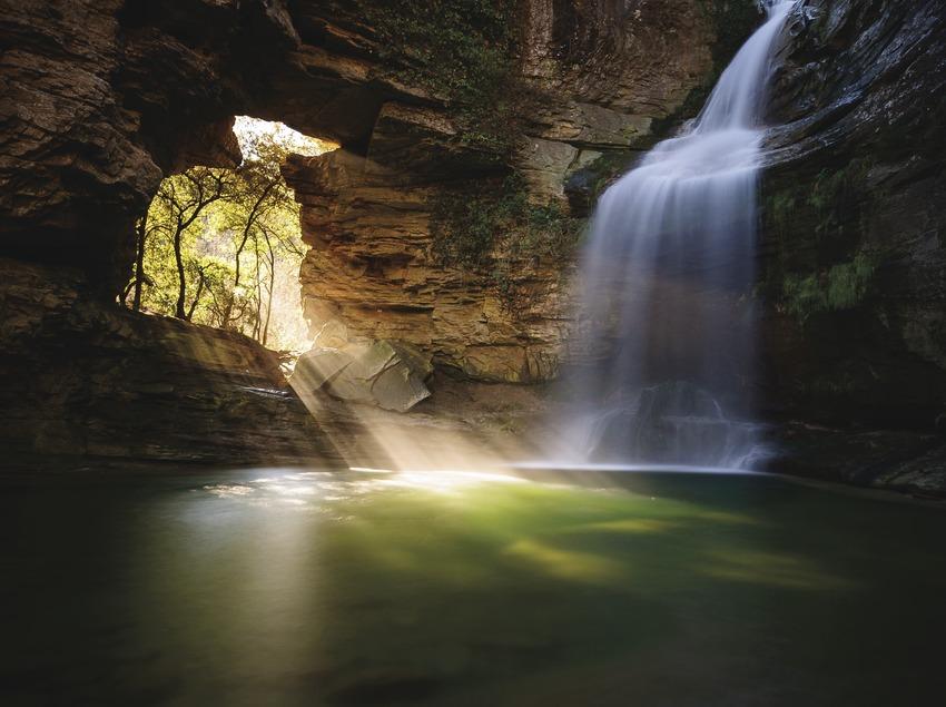 La Foradada de Cantonigròs, una cascada fotogènica que és popular pel raig de llum que entra al gorg a l'hivern