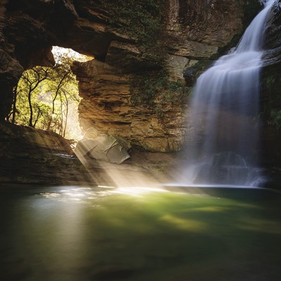 La Foradada de Cantonigròs, una cascada fotogènica que es popular por el rayo de luz que entra al gorg en invierno