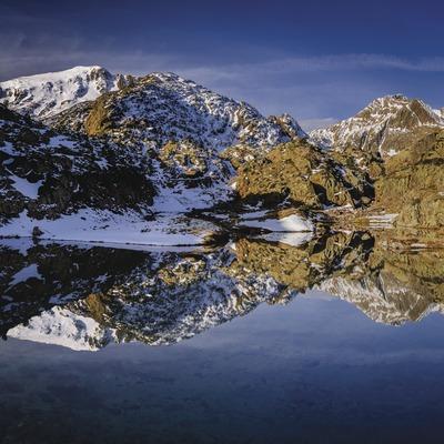 El estanque pequeño de Certascan, con las primeras nevadas, es uno de los rincones por excelencia del Parque Natural del Alt Pirineu