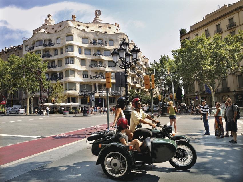 Sidecar al passeig de Gràcia amb La Pedrera darrera