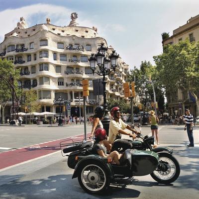 Sidecar en el passeig de Gràcia con La Pedrera detrás