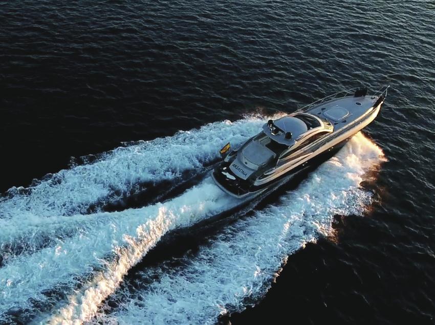 Barco navegando por el mar
