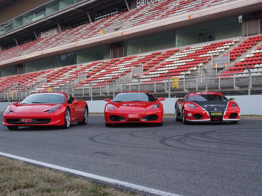 Cotxes de luxe a la sortida del circuit de Barcelona-Catalunya