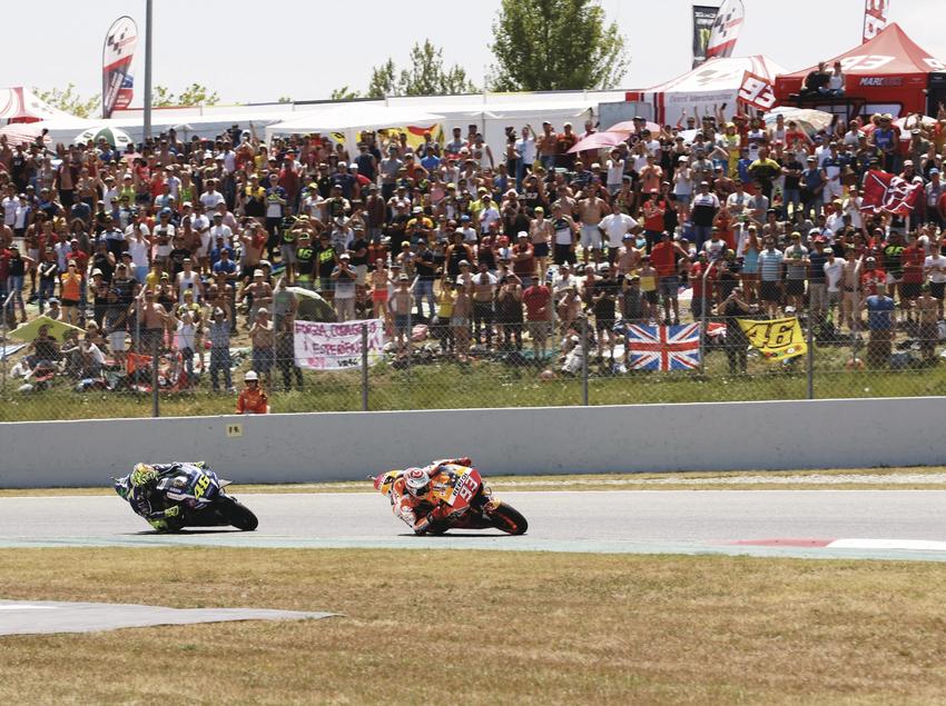 Afición mirando las motos en el circuito Barcelona-Catalunya