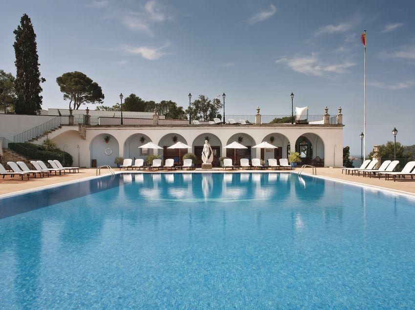 Piscina de agua marina al aire libre en el hotel La Gavina