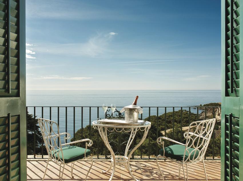 Terraza del hotel La Gavina con vistas al mar