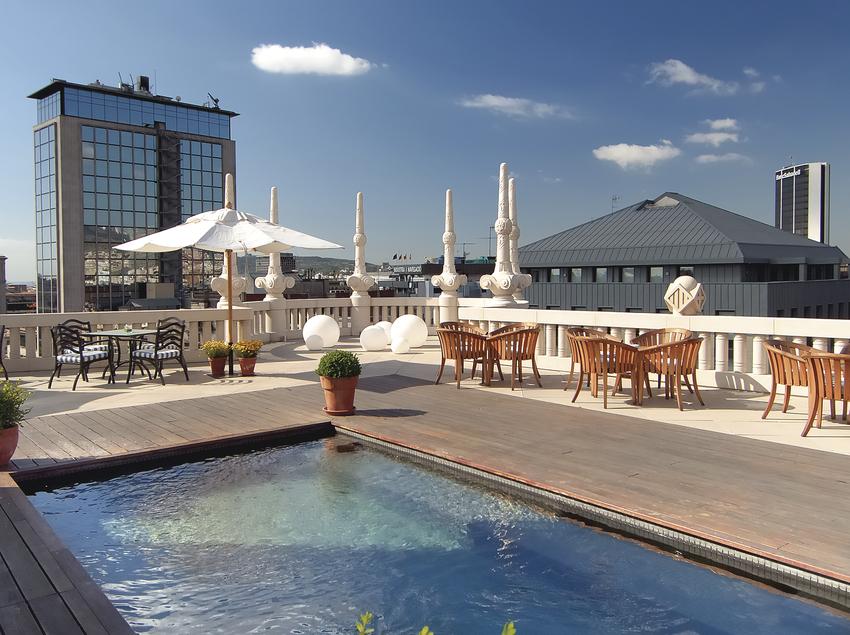 Terrassa amb piscina al hotel Casa Fuster