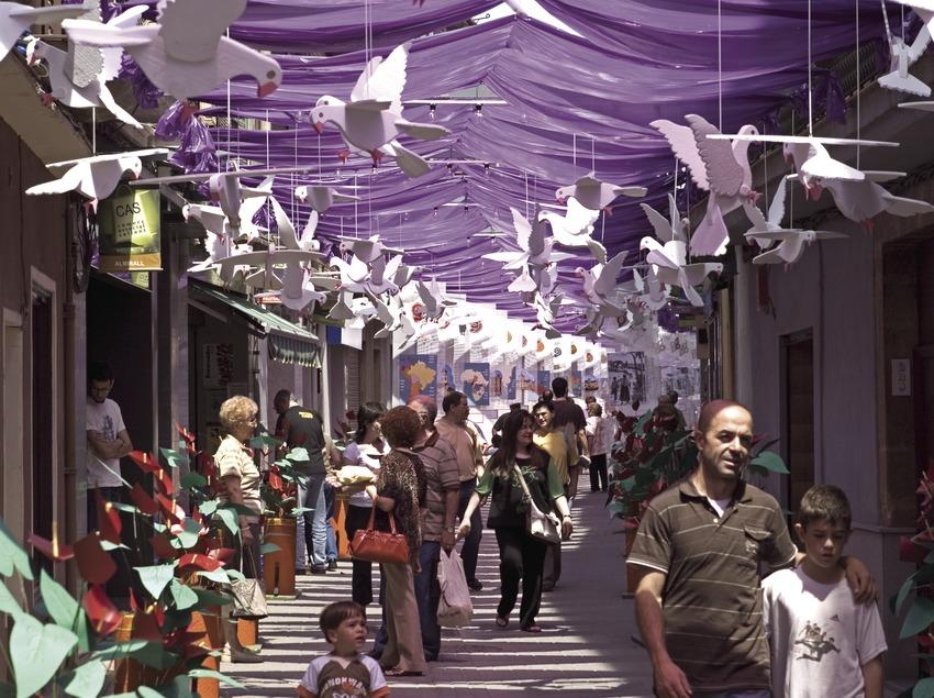 Adornos en las calles durante la fiesta de Les Enramades