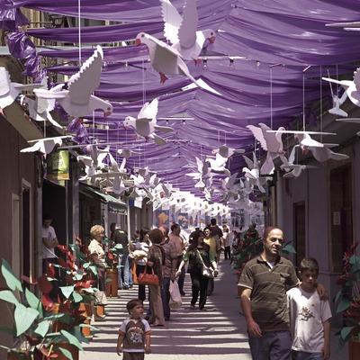 Décorations dans les rues pendant la fête de Les Enramades.