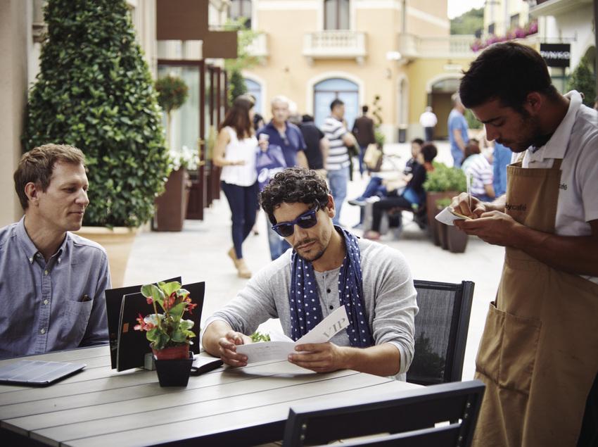 Gent en un bar de La Roca Village