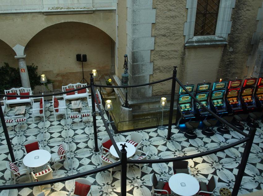 Máquinas de azar en el pati de les Hores - Casino Peralada