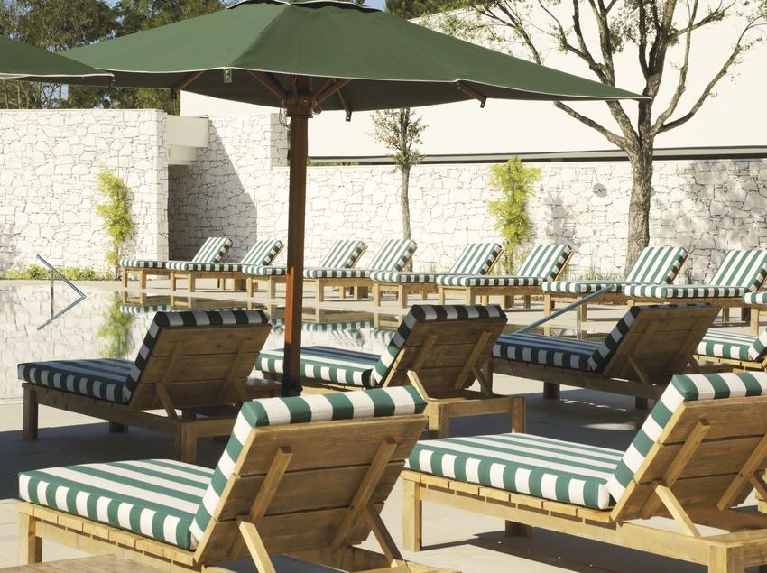Tumbonas de la piscina del PGA Catalunya Resort