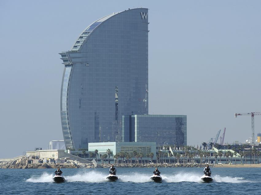 Motos acuáticas con el hotel W detrás