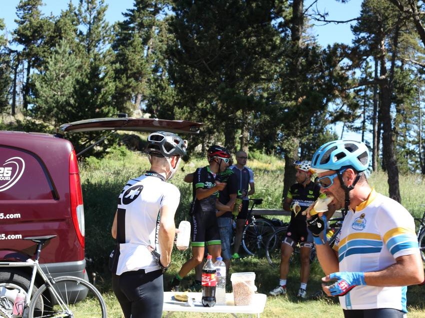 Ciclistas comiendo en una parada