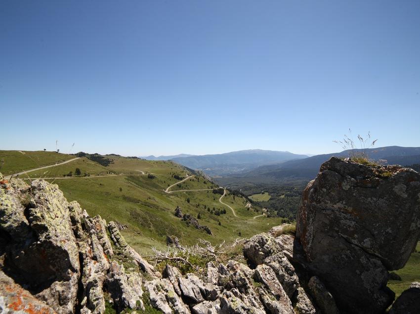 Paisaje de montañas y carretera