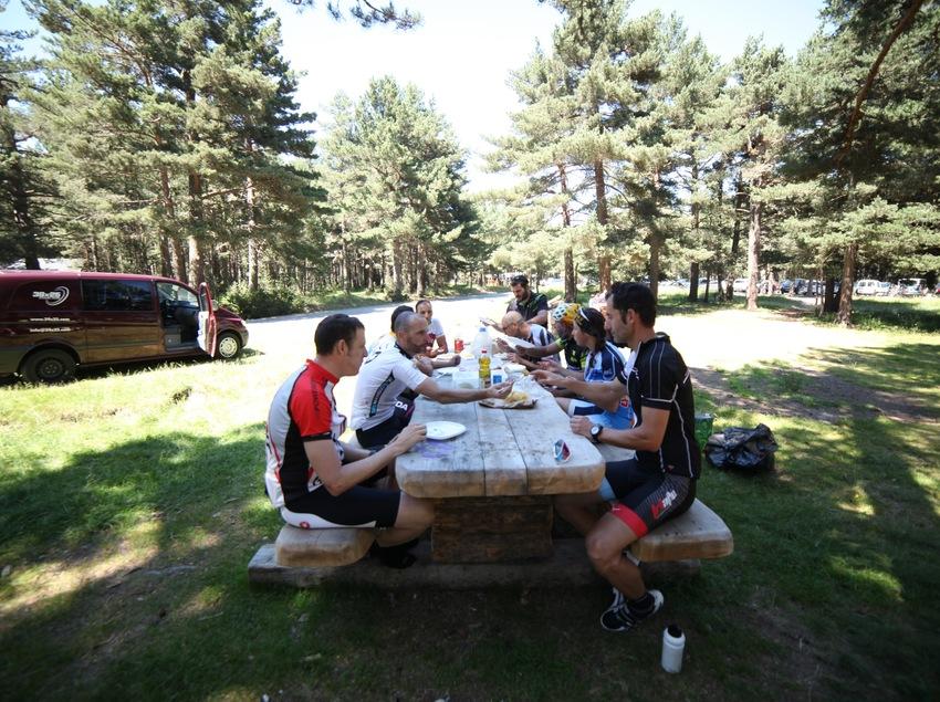Ciclistas descansando y comiendo