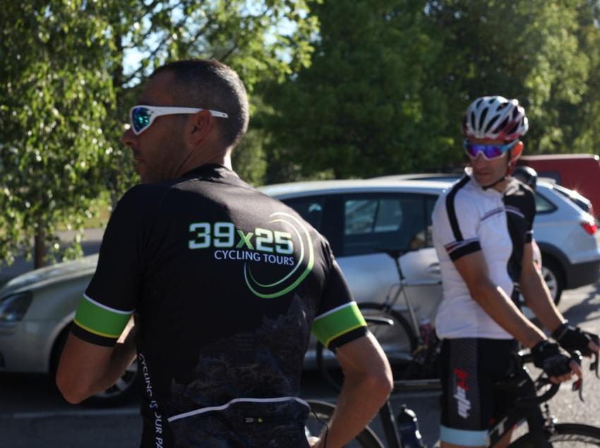 Ciclistas preparándose para la ruta