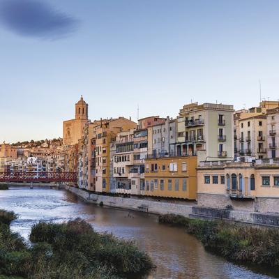 Vista de Girona des del rio Onyar con el puente de las Peixateries Velles al fondo